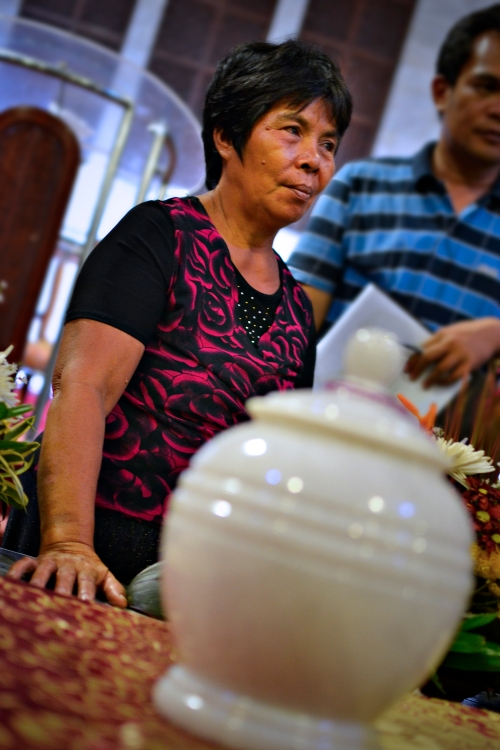 Jay's Urn with his mother as the back draft (Photo credit: Reü Dawner Flores)